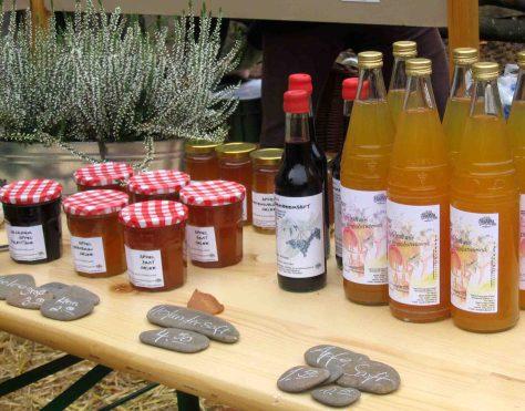 Selbstgemachte Marmeladen und Säfte warten auf Käufer.  Foto: LWL / Ehses