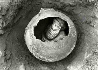 """Statuette eines """"Priesterfürsten"""" aus Uruk in einem Gefäß. Foto: DAI"""