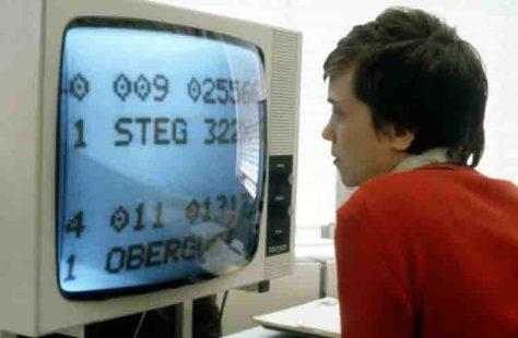 Ein junger Mann mit Sehbehinderung arbeitet 1987 am ersten bichromatischen Bildschirm. Foto: LWL