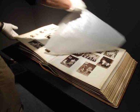 Das Polizeibuch des Polizeimuseums Hannover zeigt beschlagnahmtes Bildmaterial. Foto: LWL/Fialla