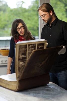 Die Ausstellungsmacher, Lisa Klepfer und Dr. Jan Ole Kriegs, sind froh, das wertvolle Buch für die Ausstellung in Münster als Leihgabe erhalten zu haben. Foto: LWL/Oblonczyk