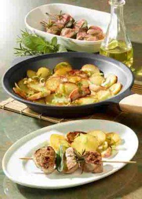 Apfel-Kartoffel-Pfanne mit marinierten Filetspießen.  Foto:  Wirths PR