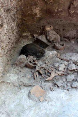 Aufsehen erregender Fund: Wissenschaftler der Universität Bonn entdeckten in einer künstlichen Höhle der früheren Maya-Stadt Uxul in Mexiko die Reste zerstückelter Körper. Auf dem Bild sind mehrere Schädel, Unterkiefer und Rippen zum Zeitpunkt der Ausgrabung zu sehen. (c) Foto: Nicolaus Seefeld/Uni Bonn