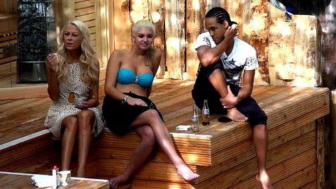 Schauspielerin Jenny Elvers, Natalia Osada und Simon Desue am Pool- Foto: Foto: © SAT.1