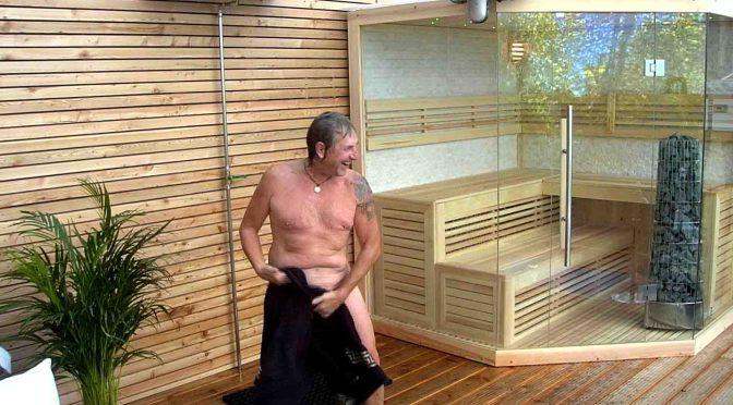 Schauspieler Martin Semmelrogge beim Duschen. Foto: © SAT.1