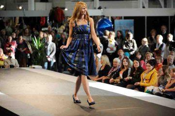 """Ebenso elegant wie tragbar sind die Kleider, die bei den Modenschauen auf der """"Alles für die Frau"""" präsentiert werden. Foto: Peter Grewer"""