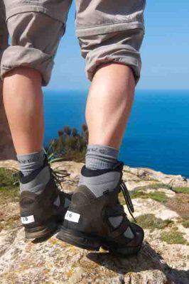 Auf unbefestigten Wegen zeigen Trekkingschuhe ihre Qualität. Foto: test.de