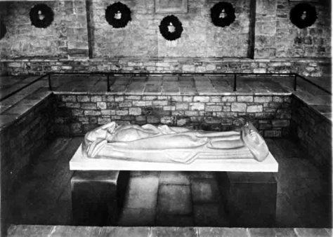 """Die Skulptur des """"Gefallenen"""" von Hans Sautter in der 1926 eingeweihten Kriegergedächtnisstätte am Kasseler Auehang. Foto: Stadtmuseum Kassel"""