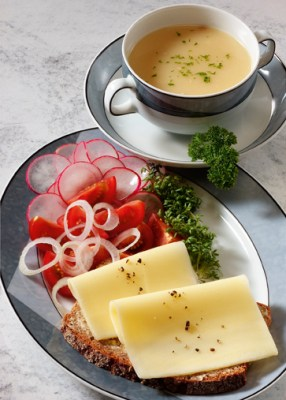 Diät-Rezept: Käsebrot mit Rohkost und Suppendrink  Foto: www.1000diaeten.de