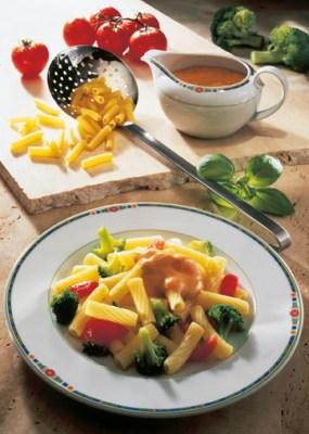 Röhrchennudeln mit Broccoli und Käsesauce