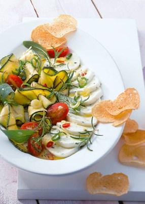 Käse Rezepte: Pikant eingelegter Mozzarella mit gegrillten Zucchinischeibe Foto: Wirths PR/Zott