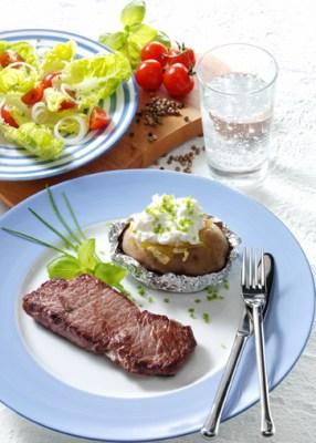 Hüftsteak mit Folienkartoffeln und Quark (cholesterinarm) Foto: Wirths PR