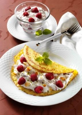 Pfannkuchen mit Himbeersahne und Mandeln Foto: Wirths PR
