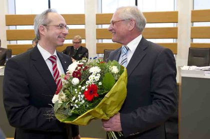 LWL-Direktor Dr. Wolfgang Kirsch (r.) gratuliert Matthias Löb. Foto: LWL/Arendt