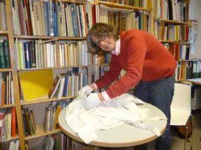 Martin Schmidt bietet einen Blick hinter die Kulissen der Museumsarbeit im LWL-TextilWerk Bocholt. Foto: LWL