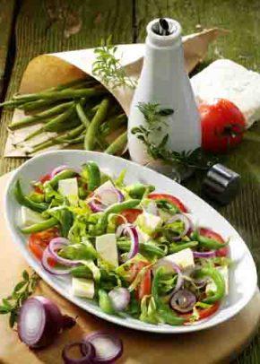 Griechische Rezepte: Tomaten-Bohnen-Salat mit Feta und KräuteDressing Foto: Wirths PR