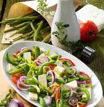 Griechische Rezepte: Tomaten-Bohnen-Salat mit Feta und Kräuter-Dressing