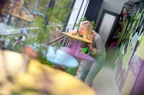 Studentin riecht an einer interaktive Station © RUB, Foto: Nelle