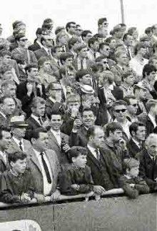 Durchweg männlich und gerne mit Schlips: Zuschauer beim regionalliga-Spiel VfL Wolfsburg - VfB Lübeck im Mai 1969, Endstand 1:2 Foto: Fritz Rust, Hannover