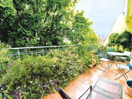 Auch auf dem Balkon oder der Dachterrasse gedeihen prächtige Stauden. Foto: Stiftung Warentest