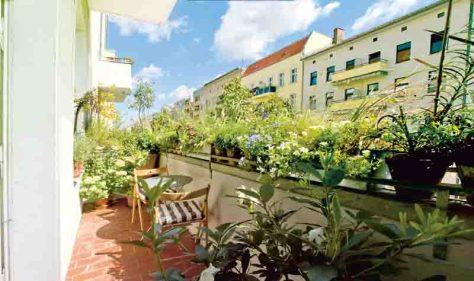 Ein langer und gleichzeitig schmaler Balkon ist nicht leicht zu gestalten. Foto: Stiftung Warentest