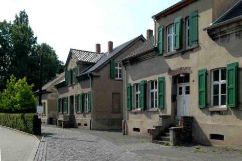 """Die Arbeiterhäuser am Rübenkamp sind erste Station der Geschichtstour unter dem Motto """"Wohnen auf der Seilscheibe"""". Foto: LWL/Hudemann"""