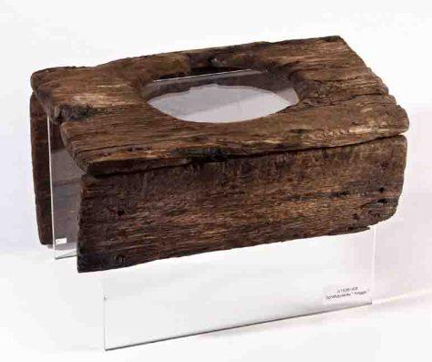 """Die älteste Schiffstoilette der Welt befand sich am Achterdeck der """"Bremer Kogge"""" aus dem 14. Jahrhundert. Foto: Deutsches Schiffahrtsmuseum Bremerhaven"""