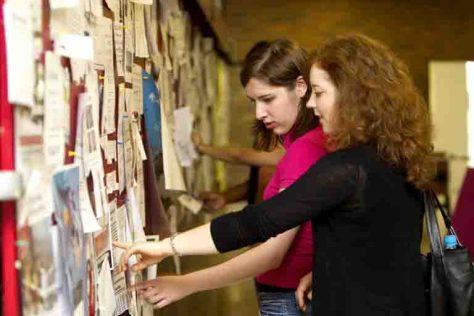 Bonn ist bei Studierenden aus aller Welt gefragt. Doch vor dem Studium steht oft eine schwierige Wohnungssuche - sowohl ganz altmodisch am Schwarzen Brett als auch im Internet. Foto: Barbara Frommann/Uni Bonn