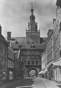 Postkarte vom Rathaus Emden in historischer Ansicht vor den Zerstörungen des 2. Weltkrieges Foto: WWU - IStG