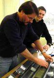 Prof. Dr. Thomas Litt und Manuela Rüßmann bei der Entnahme von Proben aus einem Bohrkernsegment vom Van-See im Zentrum für Marine Umweltwissenschaften MARUM in Bremen, wo alle Bohrkerne des PALEOVAN-Projektes aufbewahrt werden. Foto: Nadine Pickarski/Uni Bonn