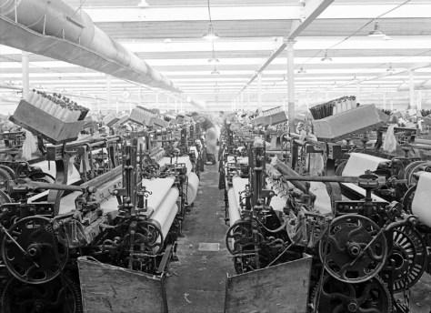 """Saal der tausend Webstühle"""" der Spinnweberei F.A. Kümpers in Rheine 1952: Im westlichen Münsterland entstand im 19. Jahrhundert infolge der zunehmenden Mechanisierung und Industrialisierung der Textilproduktion eines der bedeutendsten Textilzentren Europas. Foto: LWL-Medienzentrum für Westfalen"""