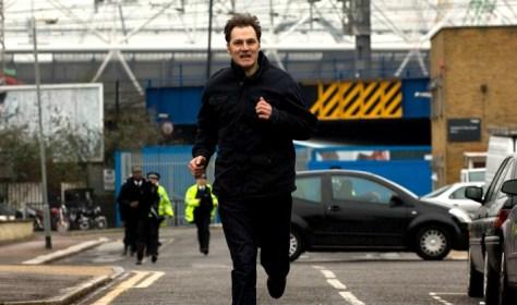 "Tom Thorne (David Morrisey) und Statisten Foto: ZDF/ZDF/Liam Daniel"""