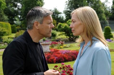 Nicholas (Rupert Graves) gibt Valentine (Katja Weitzenböck) die Schuld am Scheitern ihrer Ehe. Wenn sie ihre Kinder nicht verlieren will, soll sie ihm das geben, was er verlangt.  Foto: ZDF/OLLIE UPTON