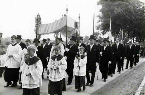 """Fronleichnamsprozession 1969 in Münster-Wolbeck: Unter dem """"Himmel"""" trägt der Priester die Monstranz. Foto: LWL-Archiv"""