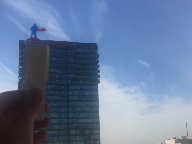 גיבור על משקיף מהגג ומעורר תקווה