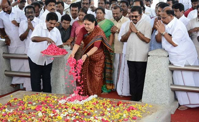 sasikala-at-jayalalithaa-memorial_650x400_41487151317