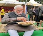 pm-modi-visits-hunar-haat-in-delhi-relishes-litti-chokha-kulhad-chai