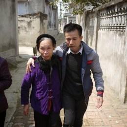 Lê Hữu Thảo và bà Lê Thị Lương, mẹ liệt sỹ Lê Đình Thơ. Ảnh chụp trong ngõ nhà hôm 19-2-2014.