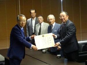 高野区長(左)から感謝像が贈られた
