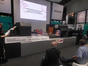 富士フイルム B2判枚葉インクジェットデジタル印刷機「JetPress720S」の最新モデルを発表。すでに世界中で数多くの稼働実績を持つことから、技術紹介だけにとどまらず、実際にどのようなアプリケーションが生産でき、メリットが生まれるのか、実践的なデモで紹介した