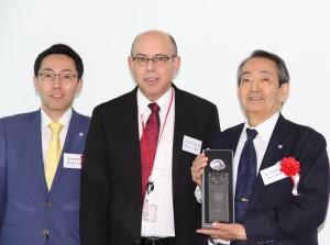 杉山仁朗会長(右)と杉山真一郎社長(左)、中央はデュポンアジアパシフィックのRoger Kantマーケティングダイレクター