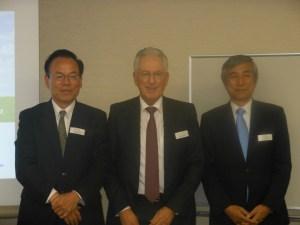 (左から)宮﨑社長、ミューラー会長、五反田取締役