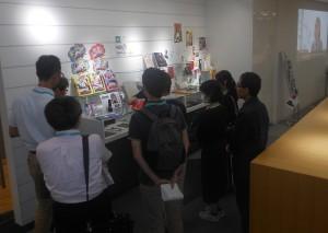 事例&サンプルを紹介するショールームツアーでは少人数に班分けして、わかりやすい解説とともに実際の印刷物を手に取りながらヒントの提案を行った