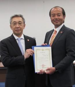 滝澤新理事長(左)と臼田前理事長