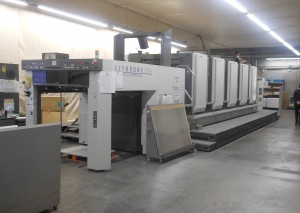 千修岩井印刷で稼働する四六全判H-UV5色機