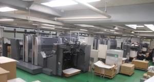 3台のLED-UV機「RMGT940ST」が並ぶオフセット印刷工場
