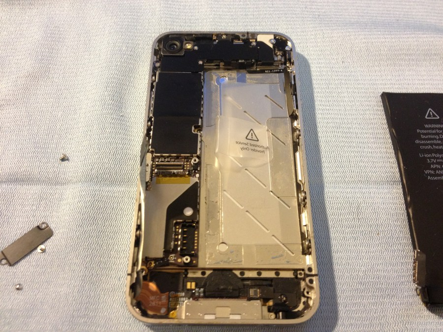 The new screen in place, and putting the rest of the phone components back in.