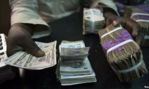 trader-changes-dollars-with-naira-at-a-currency
