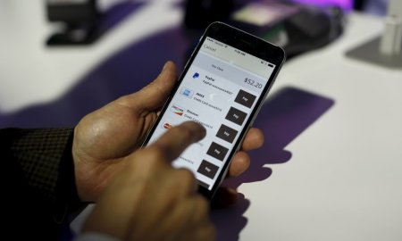 A payment is made on a mobile device during a PayPal demonstration at Terra Gallery in San Francisco, California May 21, 2015.  REUTERS/Robert Galbraith - RTX1E0NK