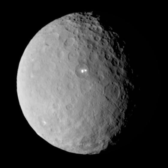 探査機ドーンが撮影した準惑星ケレス Wikipediaより